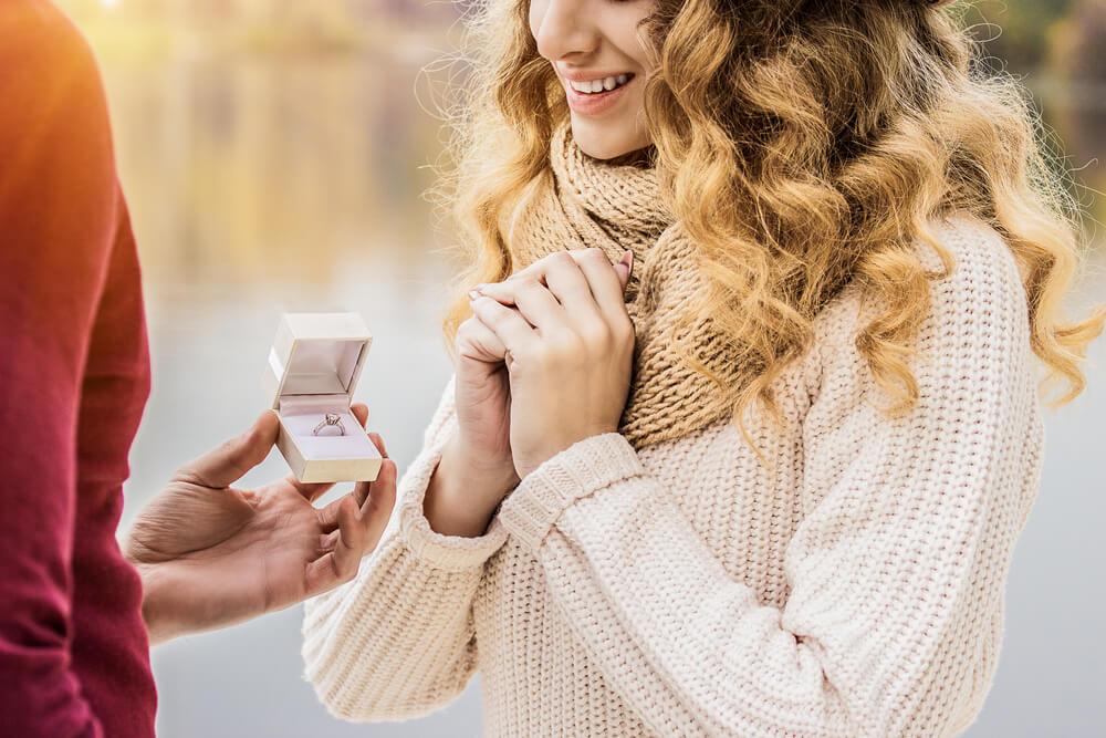 プロポーズをされて感激している外国人女性