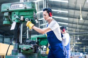 機械運転作業という日本人がやりたがらない業種で、一生懸命働く技能実習生たち