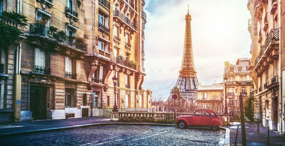 海外旅行や海外移住先として人気が高いパリの夕焼け風景