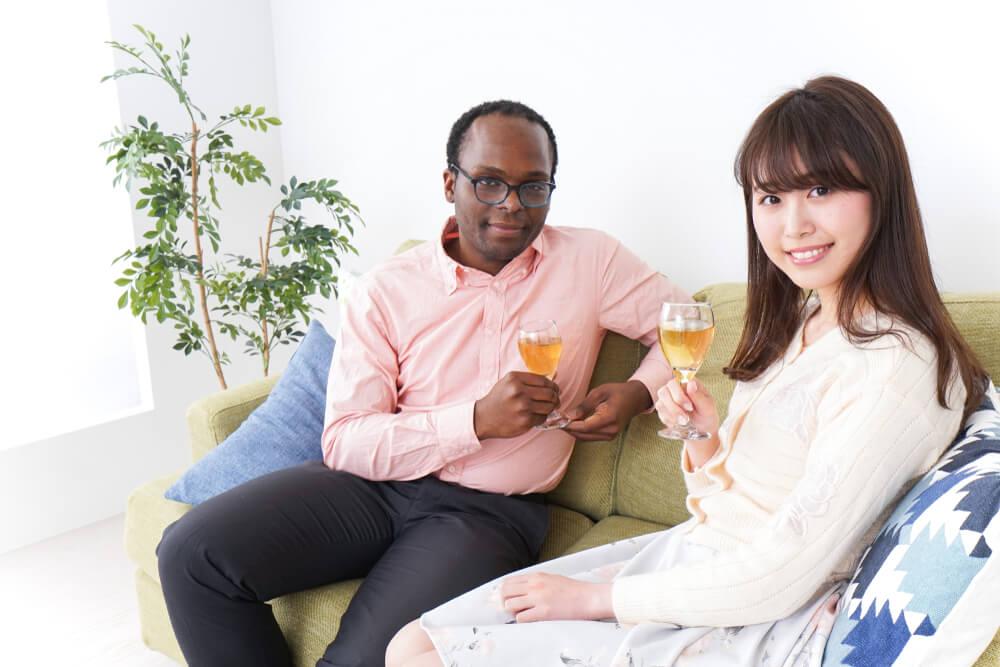 黒人男性とアジア人女性の結婚イメージ