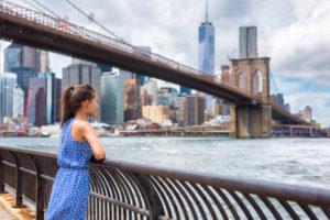 ニューヨークの街並みを眺めるアメリカ人女性