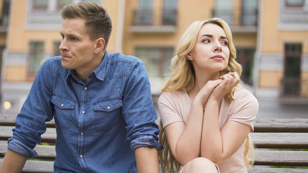 離婚話をする険悪なカップル