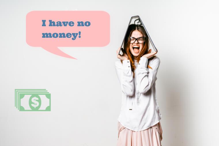 お金がないと叫ぶ女性
