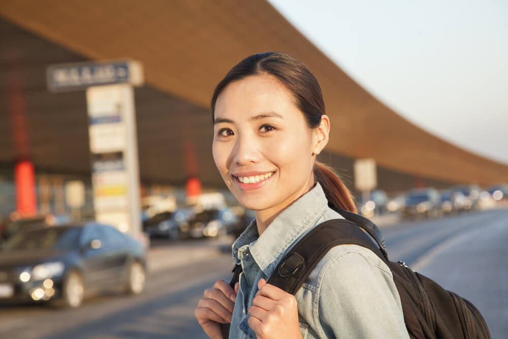 空港前に外国人が立っている