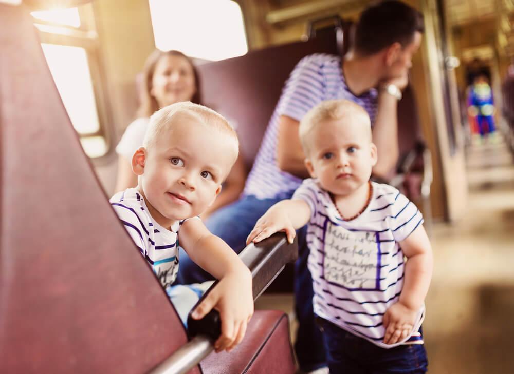 電車の中で騒ぐインバウンドの家族