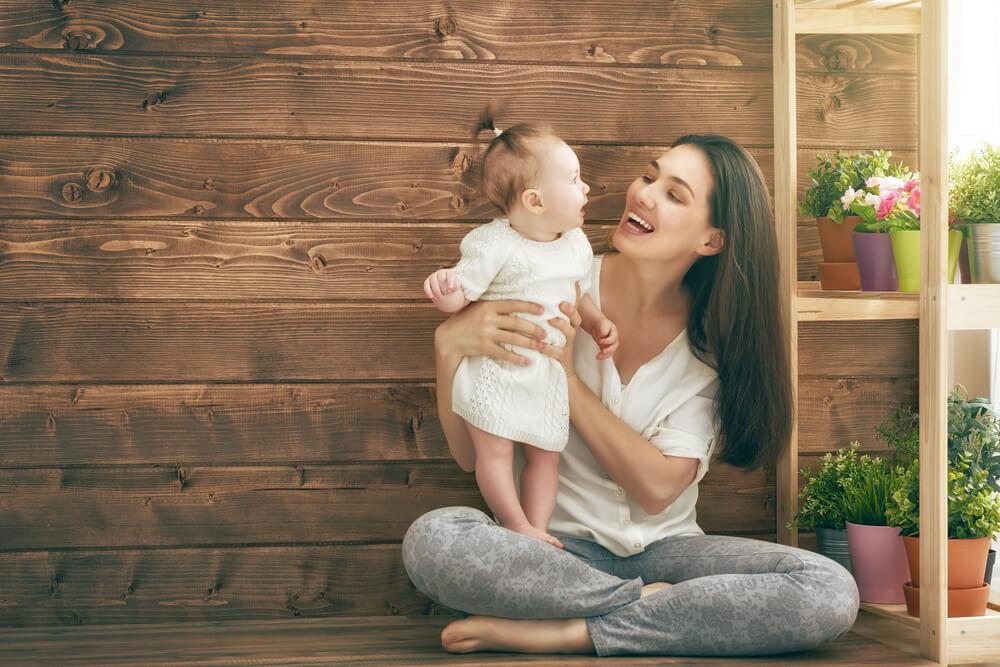 笑顔で戯れる外国人女性と赤ちゃん