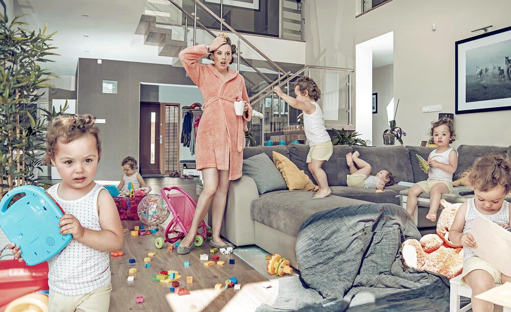 五児が部屋を散乱させた状態をみて、あぜんとする外国人のお母さん