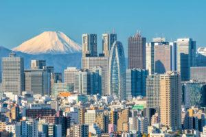 東京の大都会の街並みの背景に美しい富士山