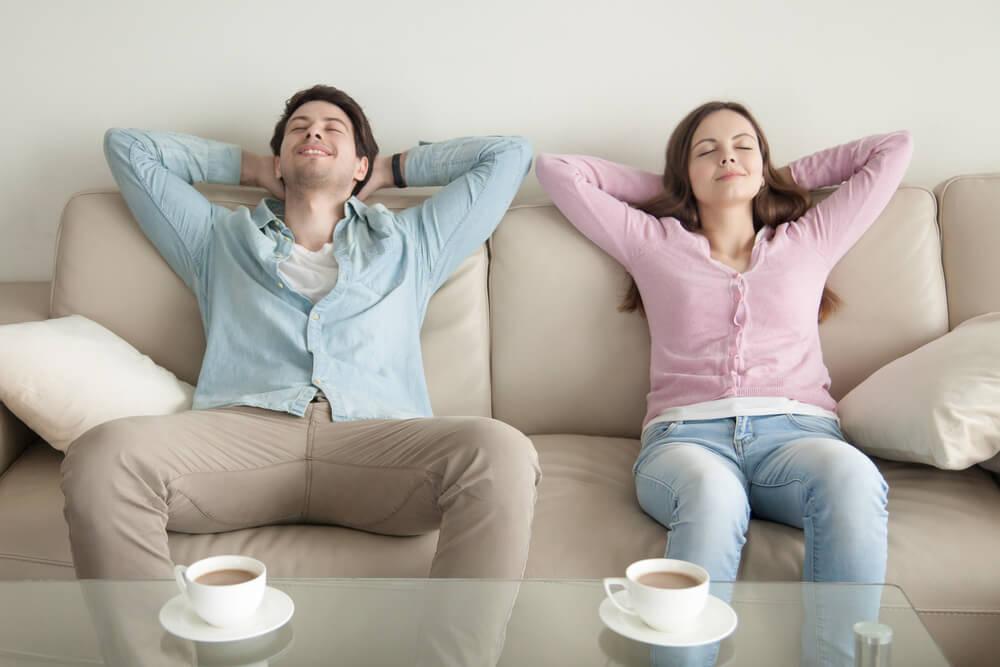 ソファでリラックスしている外国人夫婦