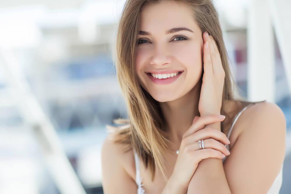 透明な笑顔でほほ笑む金髪の外国人女性
