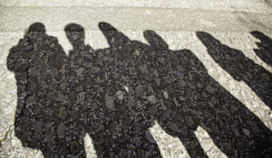 大勢の家族の影。不適切な扶養親族のイメージ