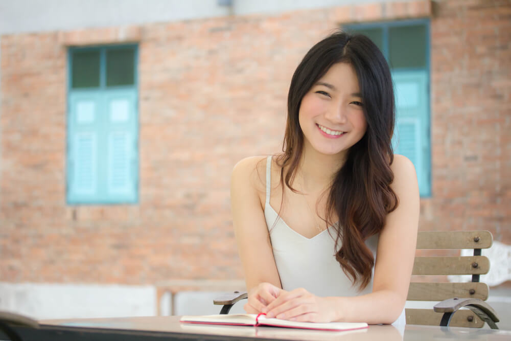 永住申請理由書に記載する名前と国籍を紹介するアジア人女性