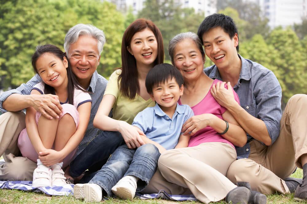 お付き合いしている留学生に、家族の写真を送ってほしい、といったら、送られてきた留学生家族の写真