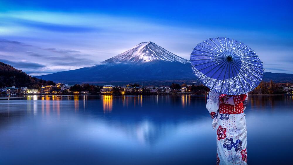 美しい逆さ富士に永住への思いを誓う着物姿の外国人女性