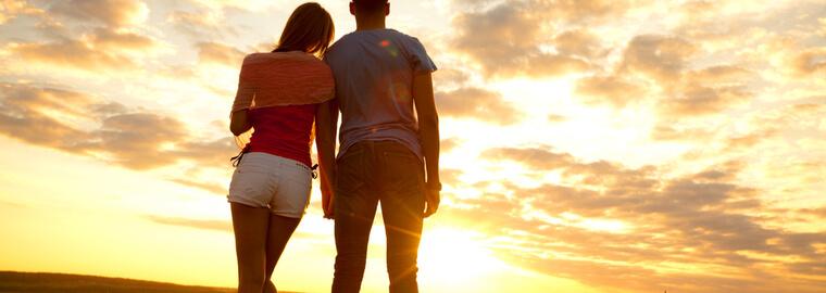 国際結婚を反対してた両親に安心してもらうためのメッセージを送る国際結婚カップル
