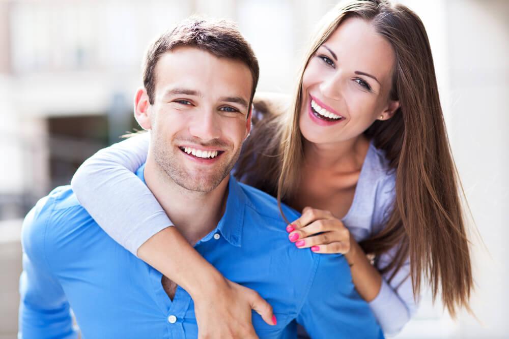 夫に妻が後ろからハグする外国人カップル