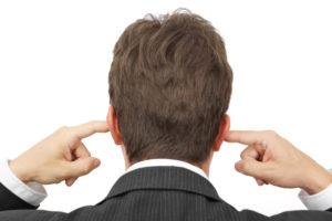 国際結婚に反対する両親の言い分を、両耳をふさぎ聞かない男性