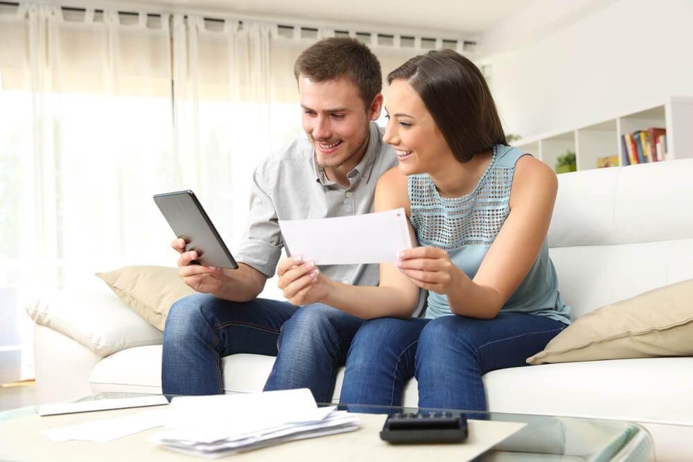 「永住権取得の要件は?」「永住ビザを取得するためには3要件必要」税金の額を計算する外国人夫婦