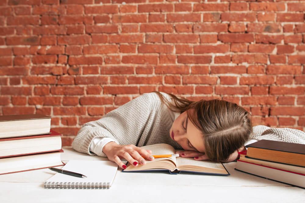 出稼ぎ留学生は、超過就労の末寝不足に陥り、学業がおろそかになる