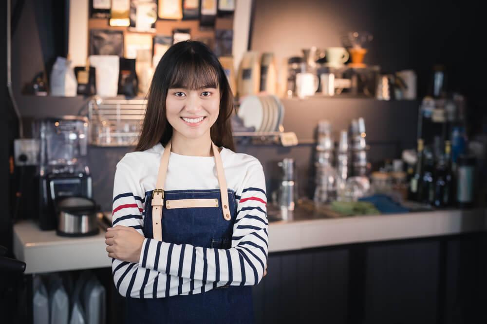 週28時間、喫茶店でアルバイトをする外国人留学生
