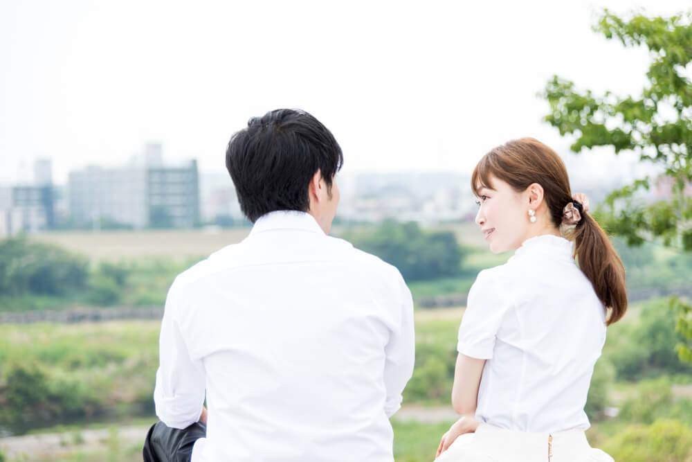 出稼ぎ留学生か、ビザ目的の結婚か。これらの疑問をとくには、日本語を図るのが一番。川辺で話す留学生と日本人。