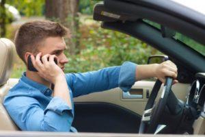 永住申請が不許可になり、その不許可理由を電話で聞き取ろうとしている男性
