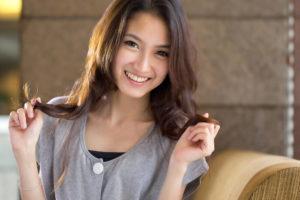 美しいアジア系女性が微笑んでいる