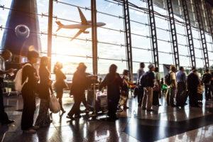 空港で多くの人が行きかう様子