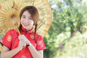 高度人材として来日し、今後ますます日本人男性との国際結婚率が減少するチャイナドレスの女性