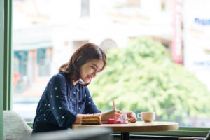 外国人女性が、楽しそうに婚姻書類を作成している