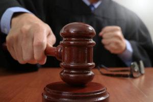 判決を下す裁判長のイメージ