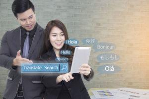 翻訳作業をしているビジネスマンとビジネスウーマン