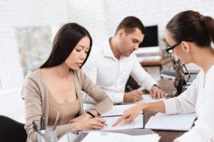 離婚届に判を押す国際結婚夫婦