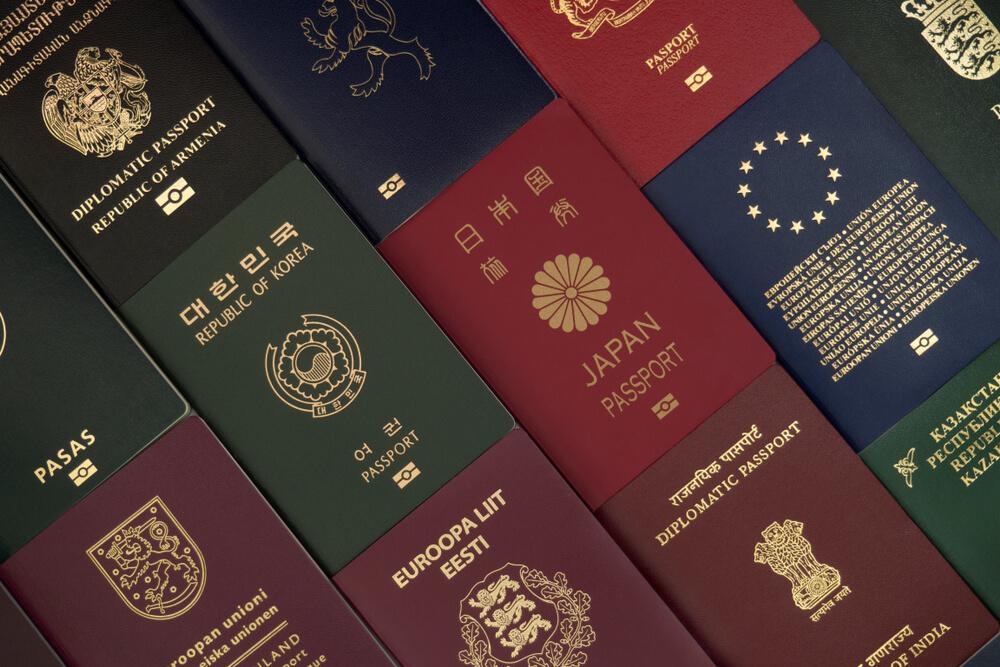 様々な国のパスポートがならんでいる