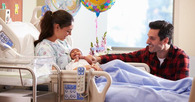 国際結婚で海外出産の場合には、どこで生まれるかがとても重要!ある国の病院で生まれた子供をあやす国際結婚カップル