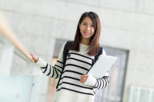 日本の大学のキャンパスにいる中国人留学生