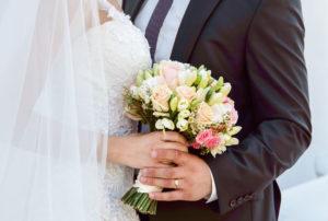 結婚する男女がブーケを一緒にブーケを持っている