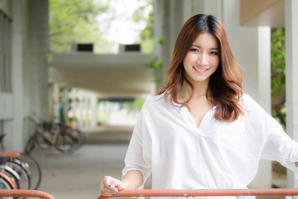 大学のキャンパスにいる中国人留学生