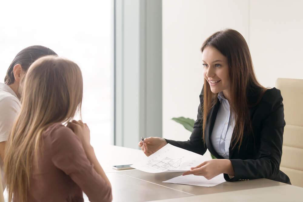 通称名の登録や、国民年金の手続きを同時に進める女性