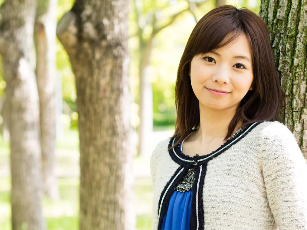 派手目の恰好をして微笑む中国人女性