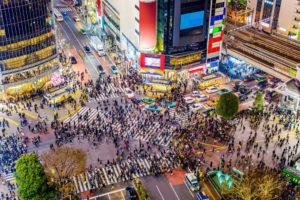 渋谷交差点に人々が行きかう様子