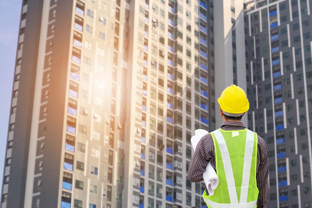 高層マンションの工事現場で働く特定技能のアジア人男性