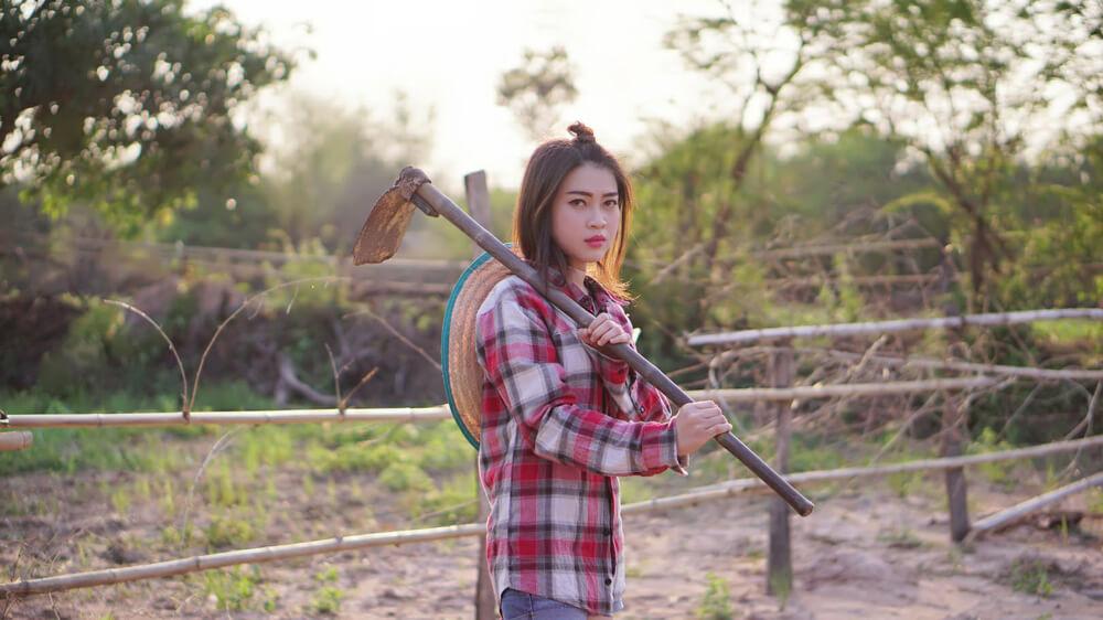 農作業にあたる中国からの技能実習生の女性