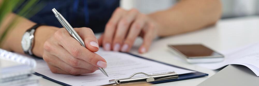日本国籍を選択するために、外国国籍離脱証明書を取得し、外国国籍喪失届を記入している男性