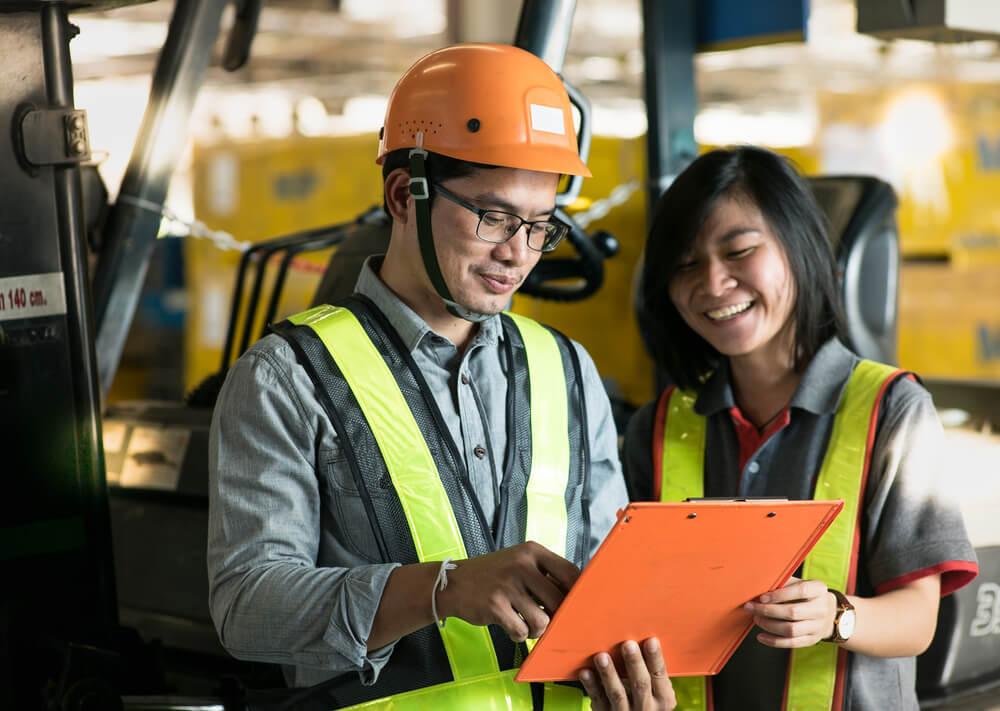 労働契約書の内容を確認する技能実習生
