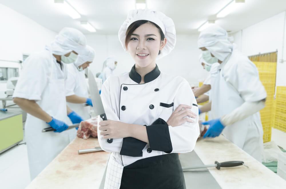 日本の工場で働いている外国人従業員たち