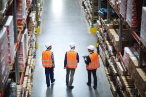 工場で働く外国人労働者